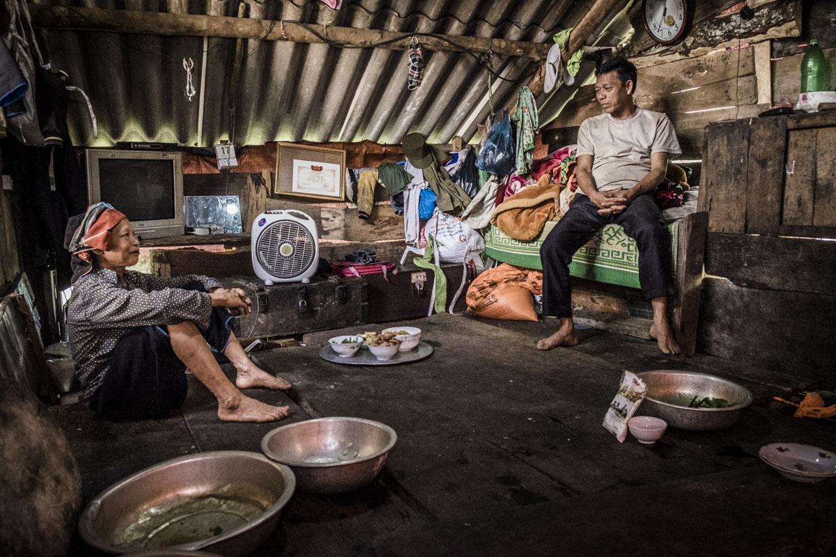 En e Thao conversam na cozinha enquanto Lim continua a preparação do almoço
