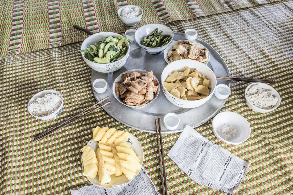Porco, feijão verde (vargem), tofu com tomates, arroz, batata, abóbora e ananás. O jornal recortado julguei ser um guardanapo.